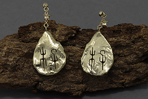 14k geelgouden oorbellen met Chinese symbool voor Li.<br> -<br> 14k yellow gold earrings with Chinese symbol for Li.