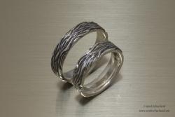 Zilveren trouwringen met handgefreesde bast-structuur