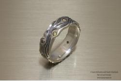 Zilveren ring met Bast structuur en 8 gekleurde diamantjes