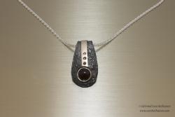 Zilveren gereticuleerde hanger met 3 briljante en 1 cabouchon geslepen rode granaat